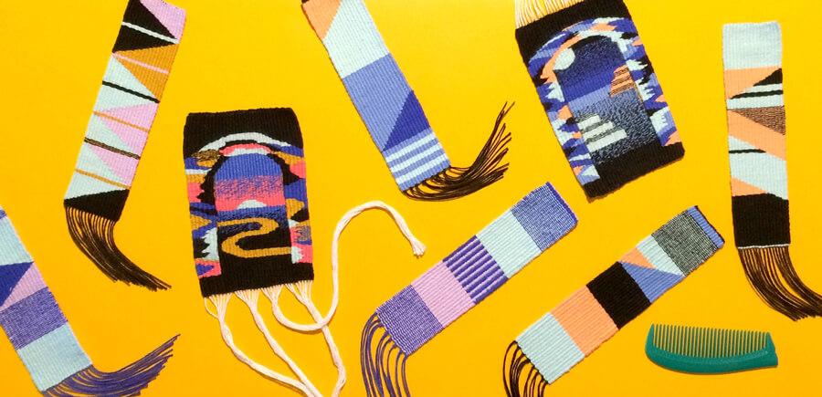 Peças e marcadores de livro tecidos à mão no tear de pente liço, em linha de algodão. Tamanhos variados.
